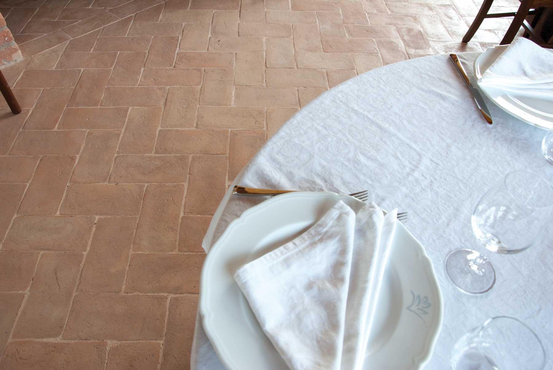 Particolare di un interno con un pavimento in cotto fatto a mano