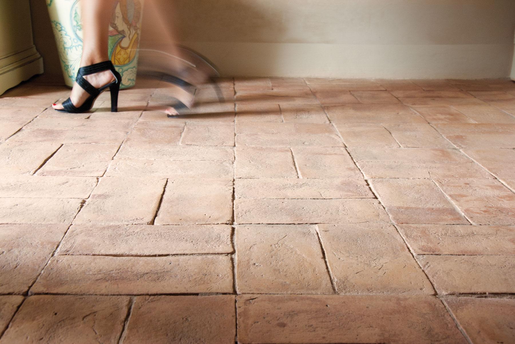 Pavimenti in cotto fatto a mano per interni ed esterni for Mattonelle per salone