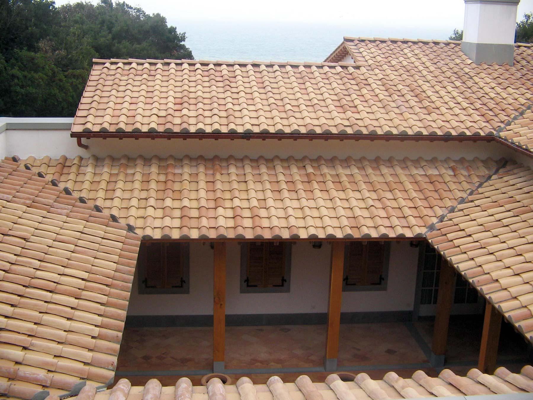 Tegole in laterizio alla romana dimensioni coppi e tegole for Tegole del tetto della casetta