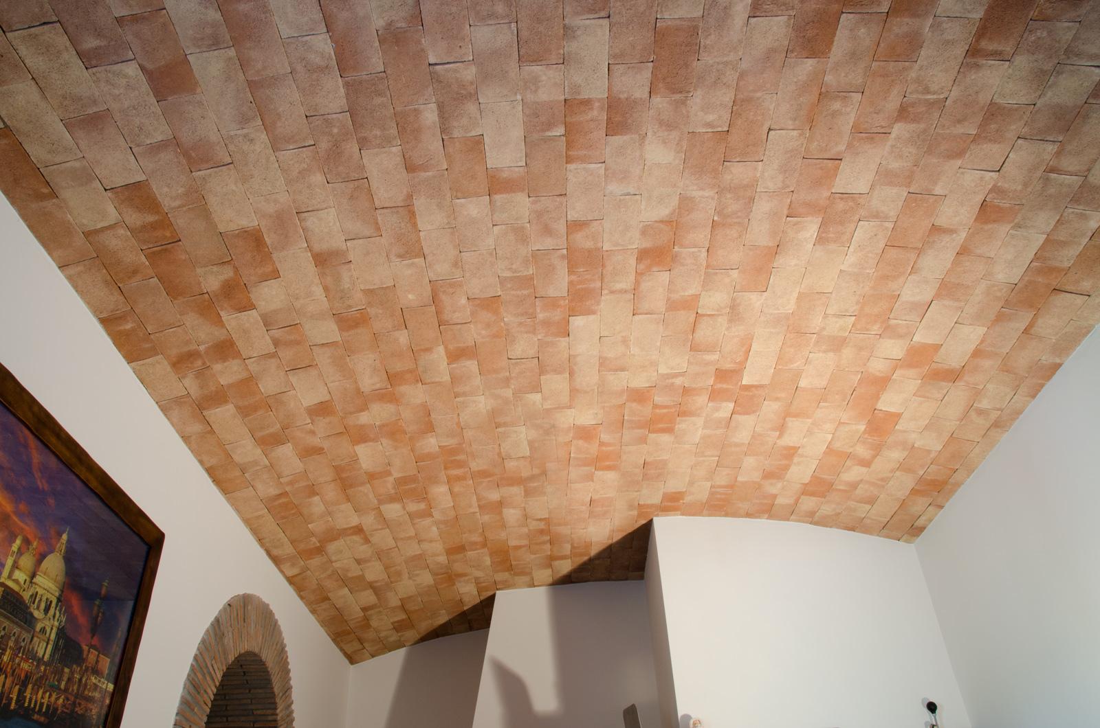 La stanza di disegno con volta a botte del soffitto in gesso