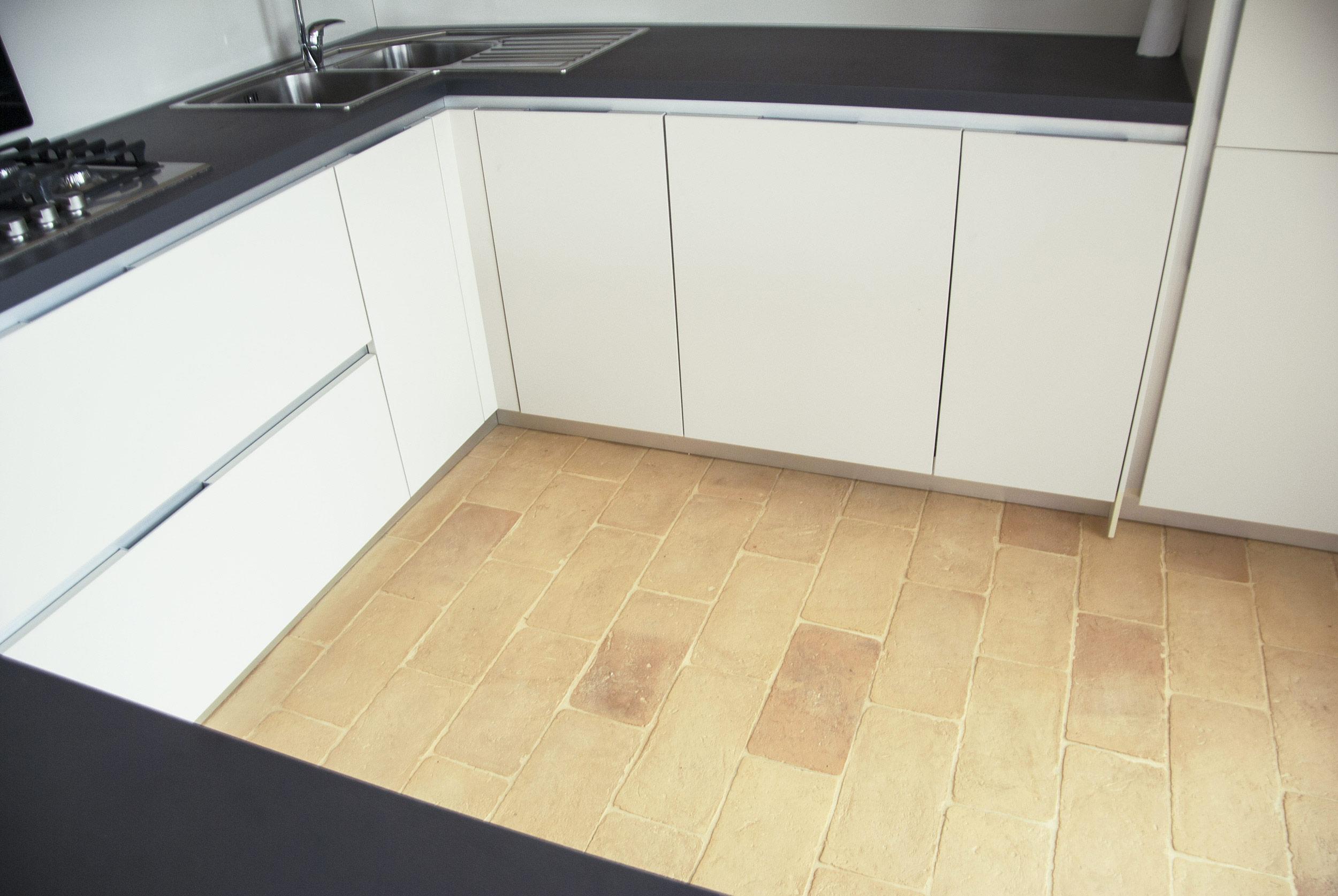 pavimento-in-cotto-cucina-bianca